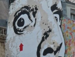 Jef Aérosol face à la fontaine Stravinsky. Paris Beaubourg