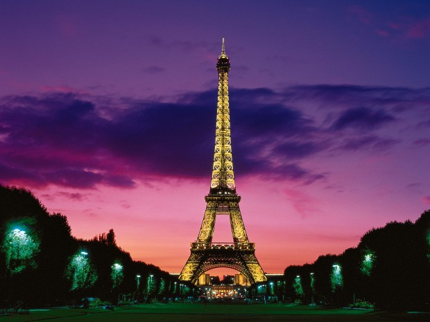 Eiffel-Tower-at-Night-Paris-France-620x465